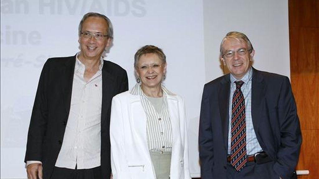 Françoise Barré-Sinoussi, ganadora del premio Nobel de Medicina en 2008 por sus investigaciones sobre el sida, junto a los doctores Bonaventura Clotet (i) y José María Gatell, del hospital Clínico, hoy en Barcelona. EFE