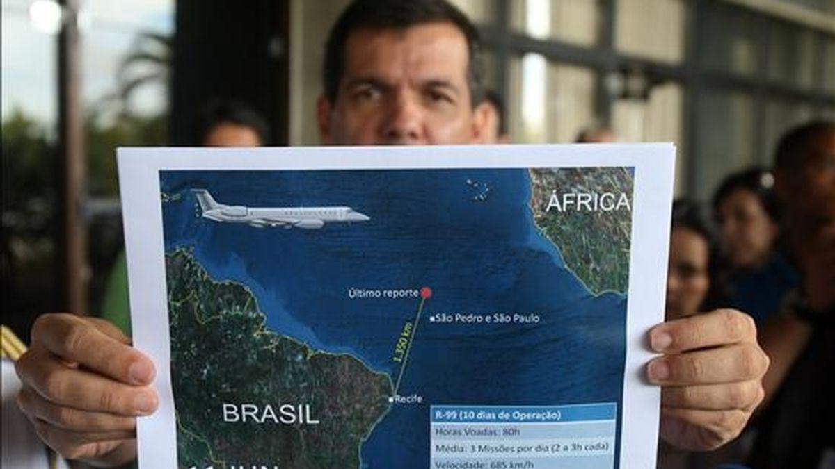 El teniente coronel de la Fuerza Aérea brasileña, Henry Munhoz, muestra, durante una rueda de prensa el reporte de la última actualización del área de búsqueda de los cuerpos y restos tras el accidente del avión Airbus A330-200 de Air France que cayó al Atlántico la semana pasada. EFE