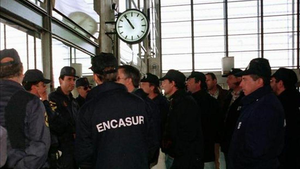 En la imagen, un grupo de mineros de las explotaciones del Valle del Guadiato de Encasur a los andenes del AVE en la estación de Córdoba, durante una protesta. EFE/Archivo