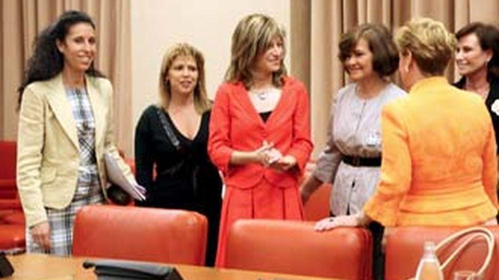 La ministra de Igualdad, Bibiana Aído, rodeadad de mujeres en la Comisión en la que anunció el teléfono para atender a los hombres. Foto: EFE