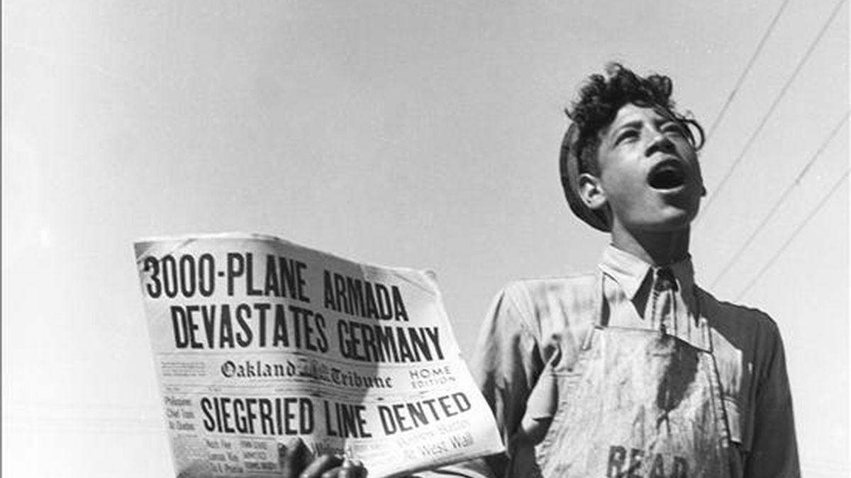 """Noticias en Richmond, """"Aviones destrozan el Reich"""" 1944, Signs of the Times, 1944, de la fotógrafa norteamericana Dorothea Lange (1895-1965), que forma parte de la muestra """"Los años difíciles"""" que se ha peresentado hoy dentro de la programación de PhotoEspaña 2009, y que podrá verse desde el 4 de junio al 26 de julio en la sede de la fundación ICO. EFE"""