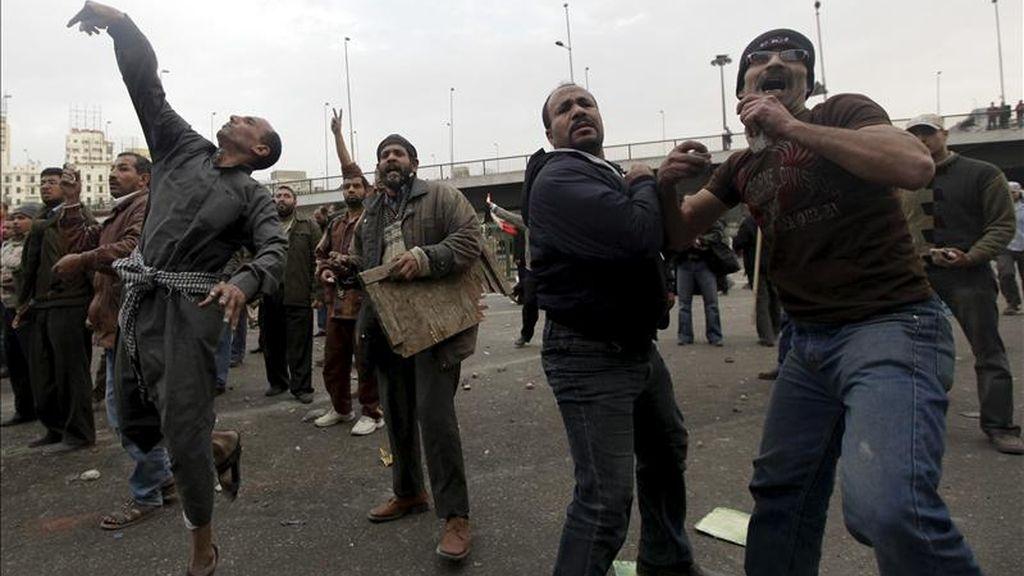 Oxfam indicóque varios trabajadores de esas organizaciones no gubernamentales fueron detenidos, al tiempo que exigió su inmediata liberación. Manifestantes lanzan piedras durante los enfrentamientos en la plaza Tahrir, en El Cairo, Egipto, este 3 de febrero. EFE