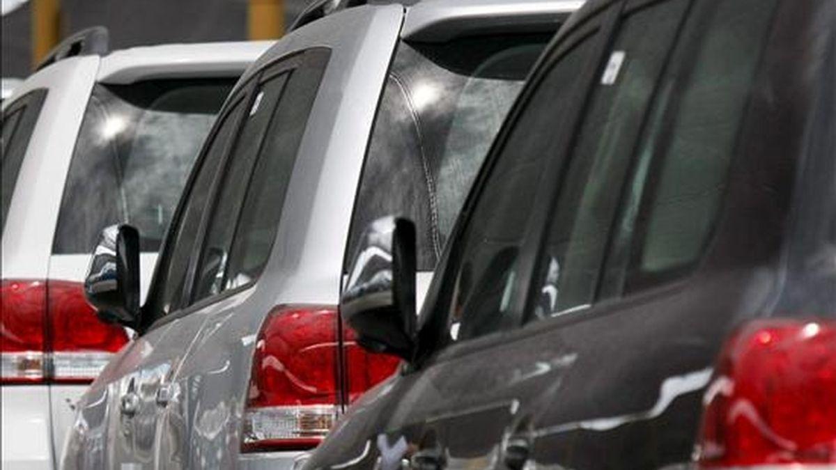 El precio de los automóviles disminuyó ligeramente en 2009 en términos reales en el conjunto de la Unión Europea mientras que el coste de la reparación, el mantenimiento y las piezas aumentó a un ritmo superior a la inflación, según muestra un informe de la Comisión Europea publicado hoy. EFE/Archivo