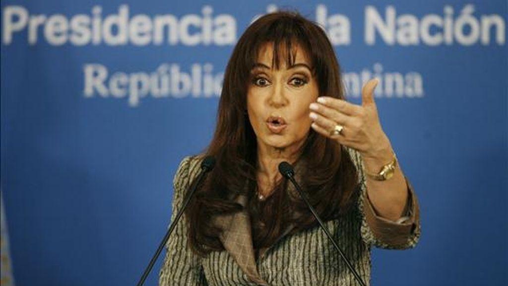 La presidenta de Argentina, Cristina Fernández, habla durante una rueda de prensa ofrecida en la Casa Rosada de Buenos Aires, en la que descartó una remodelación de su Gabinete como consecuencia de la contundente derrota sufrida por el oficialismo en las urnas en las legislativas del domingo. EFE