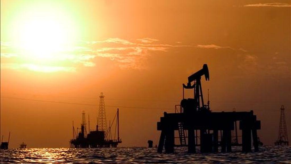 Inmediatamente después de que se divulgaran los datos oficiales, el precio de futuros del petróleo crudo para entrega en marzo subió 25 centavos de dólar a 37,80 dólares por barril (159 litros) en la Bolsa Mercantil de Nueva York. EFE/Archivo