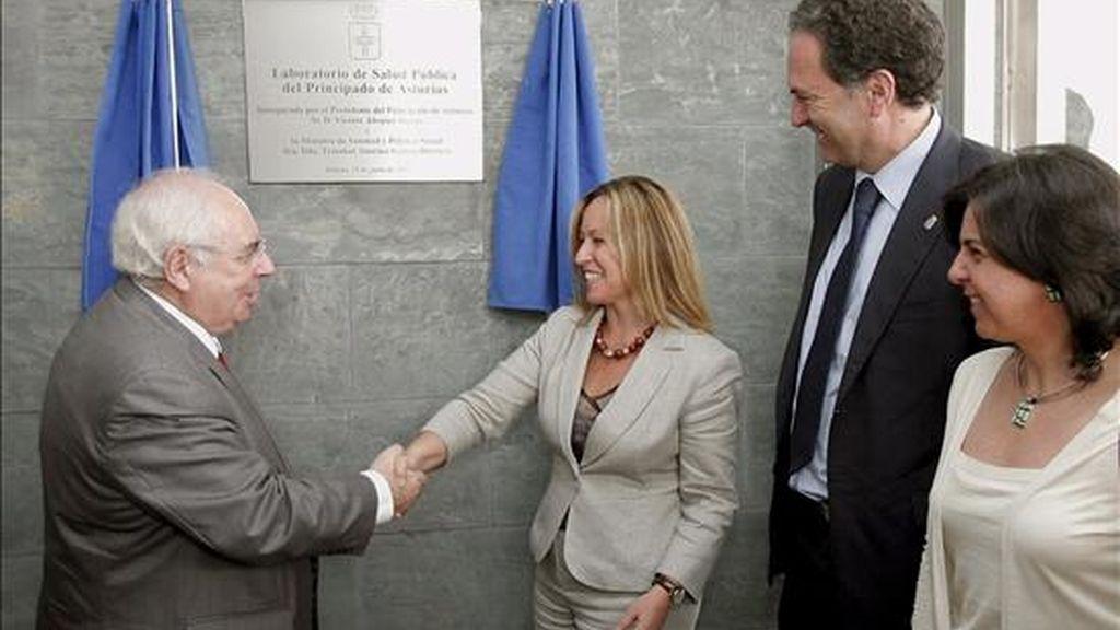 La ministra de Sanidad y Política Social, Trinidad Jiménez (2i), y el presidente del Principado de Asturias, Vicente Álvarez Areces (i), durante el acto de inauguración hoy del nuevo Laboratorio de Salud Pública del Principado. EFE