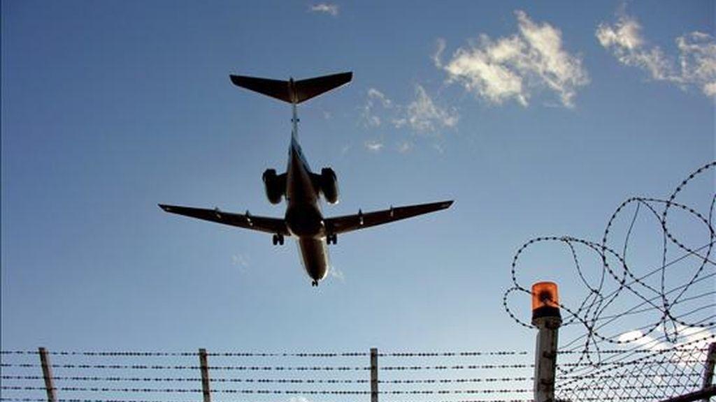 Un portavoz de Continental Airlines confirmó que el piloto del avión, que lleva a 247 pasajeros a bordo, murió por causas naturales y que dos pilotos en reserva tomaron el mando del Boeing 777. EFE/Archivo