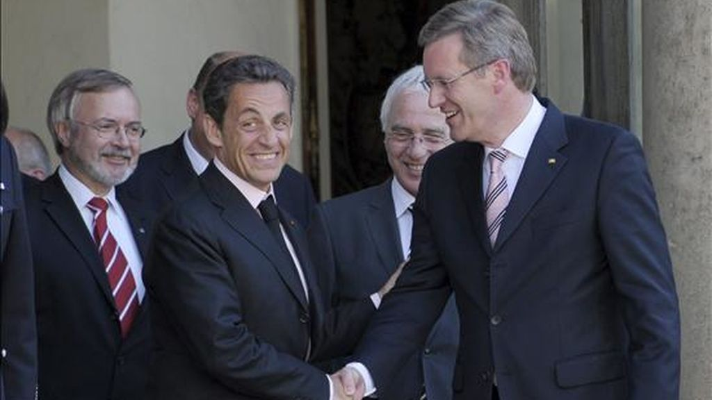 El presidente francés, Nicolás Sarkozy (i), despidiéndose del presidente alemán, Christian Wulff, tras mantener un encuentro en el palacio del Elíseo, en París, este miércoles. EFE