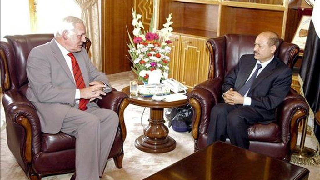 Fotografía facilitada hoy lunes por el Ministerio del Interior yemení de una reunión entre el vicepresidente para la Seguridad y Defensa de Yemen, Rashad al-Alimi (dcha.), y el embajador holandés en el país, Harry Buikema (i), en Saná. EFE/Yemen Interior Ministry