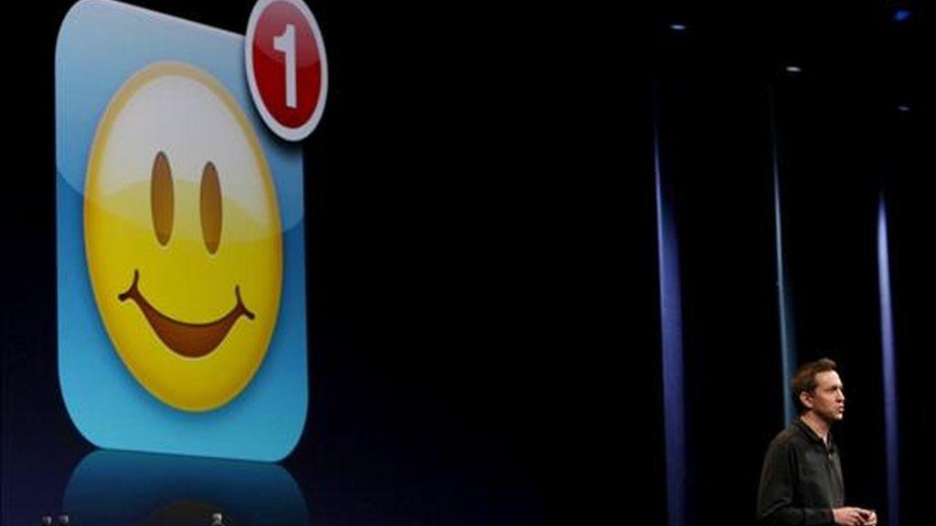 El integrante del Departamento de Desarrollo de Software para iPhone de Apple, Scott Forstall, explica el funcionamiento de las características internet del nuevo teléfono iPhone 3GS. EFE
