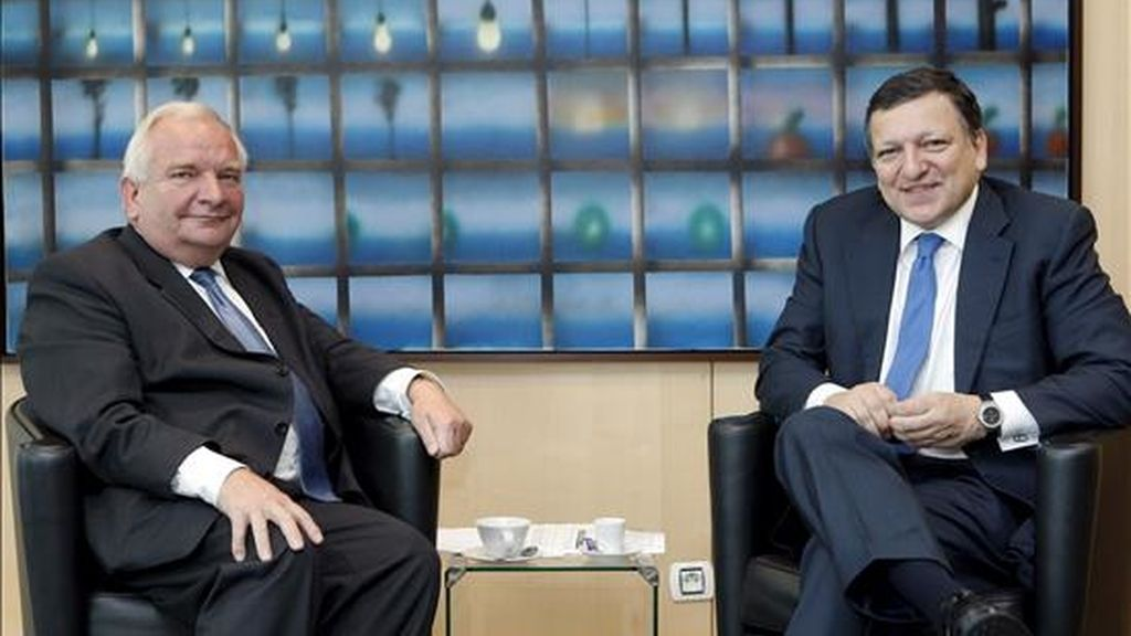 El presidente de la Comisión Europea, Jose Manuel Durao Barroso, y el presidente del grupo del conservador Partido Popular Europeo (PPE), el francés Joseph Daul, durante su reunión en Bruselas, Bélgica. EFE
