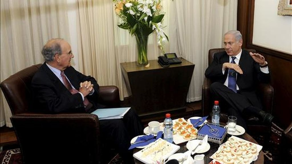 Foto facilitada por la embajada de Estados Unidos que muestra al primer ministro israelí, Benjamin Netanyahu (d), durante una reunión con el enviado especial de EE.UU para Oriente Medio, George Mitchell, en Jerusalén este viernes. EFE