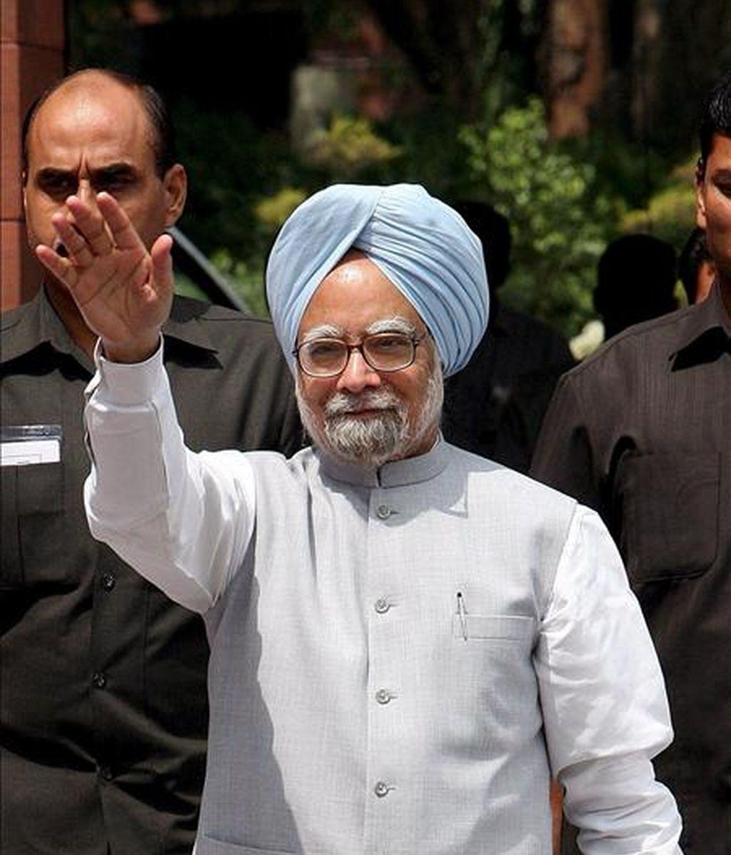 El primer ministro indio, Manmohan Singh, saluda hoy a los periodistas en el Parlamento en Nueva Delhi (India). EFE