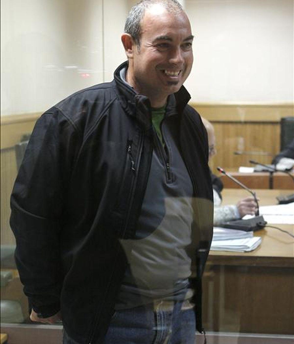 """El presunto miembro del comando """"Txirrita"""" de ETA Balbino Sáenz de Olarra, durante el juicio que se sigue contra él en la Audiencia Nacional por un atentado en 2002 con coche-bomba contra un edificio de Repsol en el madrileño Paseo de la Castellana, hechos por los que el fiscal pide 21 años de cárcel. EFE"""