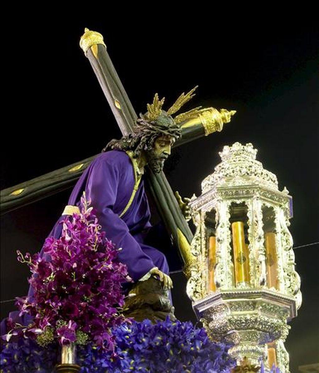 Talla de Nuestro Padre Jesús de la Salud y Pasión recorriendo las calles de Almería durante la procesión del Lunes Santo. EFE