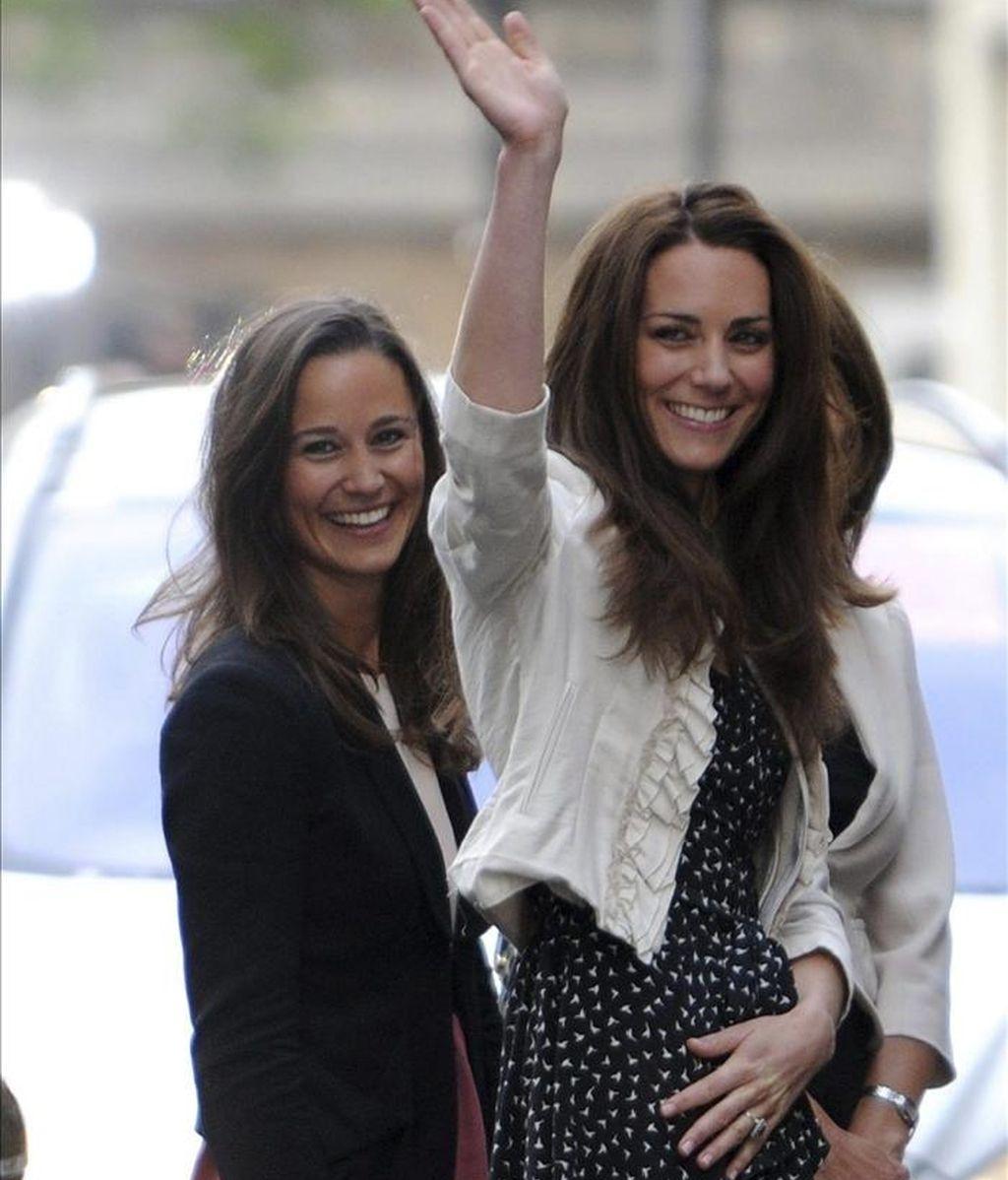 Kate Middleton (c), prometida del príncipe Guillermo, sonríe entre su hermana, Pippa (i), y su madre, Carole, en el exterior del Goring Hotel, en Londres (Reino Unido). EFE