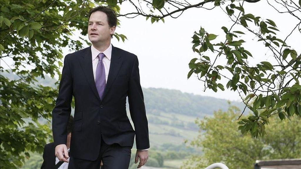 El viceprimer ministro británico, el líder liberaldemócrata Nick Clegg, ayer a su llegada al centro social de Park Hill, en el distrito electoral de Stannington, en Sheffield (Reino Unido). EFE/Archivo