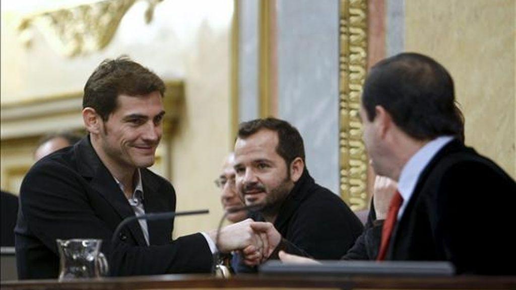 El portero del Real Madrid Íker Casillas (izda), saluda al presidente del Congreso de los Diputados, José Bono (dcha), durante la lectura continuada de la Constitución Española que se desarrolla hoy en la Cámara con motivo del 32 aniversario del texo. EFE