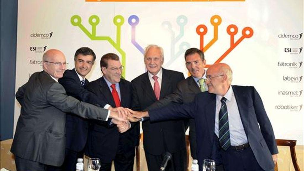De izda a dcha. Los presidentes de seis de los ocho centros tecnológicos integrados en la Corporación Tecnológica Tecnalia, José Luis Velasco (CIDEMCO); Luigi Viscione (ESI); Félix Iraola (FATRONIK); José María Echarri (INASMET); Asís Canales (LABEIN) y Miguel Gandiaga (ROBOTIKER), durante el acto de firma hoy en Bilbao, de un protocolo de fusión de sus respectivos centros tecnológicos, pertenecientes al grupo Tecnalia. EFE