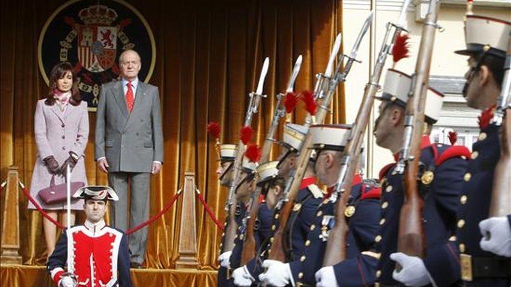 El Rey Juan Carlos y la presidenta de Argentina, Cristina Fernández de Kirchner, presencian el desfile de la Guardia Real desde un palco de honor, durante la ceremonia de bienvenida a la presidenta de Argentina en la primera jornada de su visita oficial a España. EFE