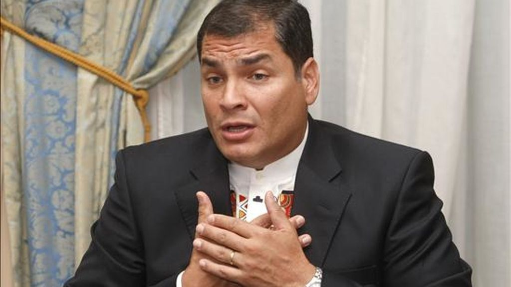Correa dijo que la canciller designada de Colombia, María Ángela Holguín, quien visitó el pasado lunes Quito, le entregó un mensaje personal escrito por Santos en el que lo invitaba a su investidura. EFE/Archivo