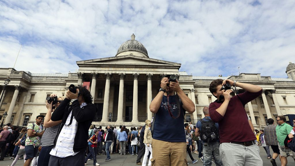 Turistas tomando fotos en Londres