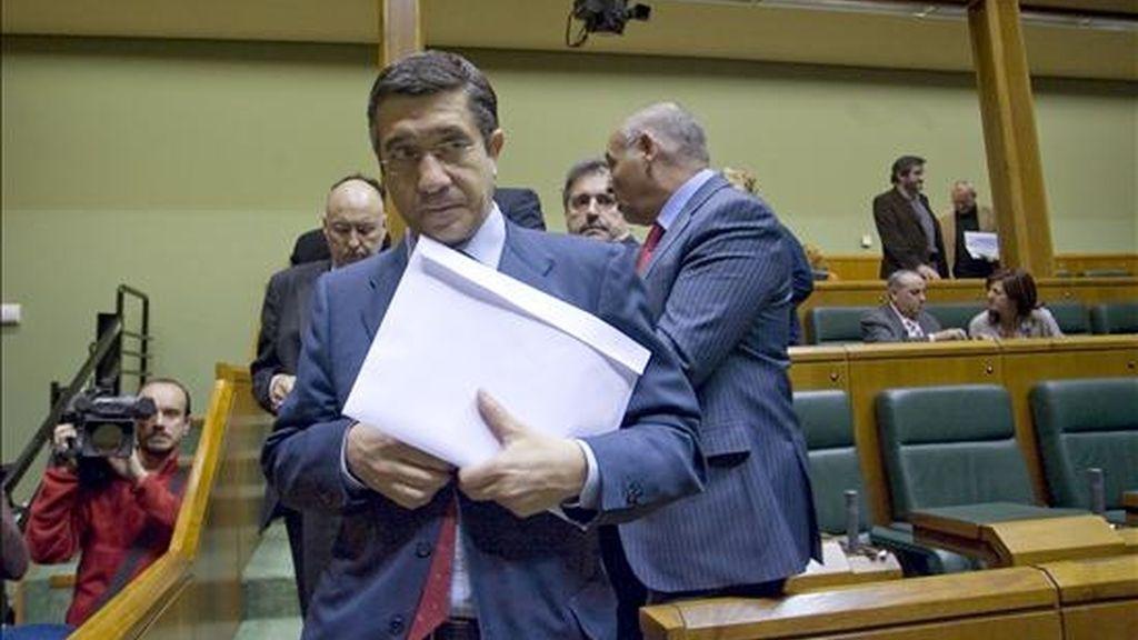 Patxi López (PSE-EE) sale del hemiciclo del Parlamento Vasco, donde hoy se ha convocado para el 5 de mayo el pleno de investidura del próximo lehendakari, que previsiblemente será el diputado socialista. EFE