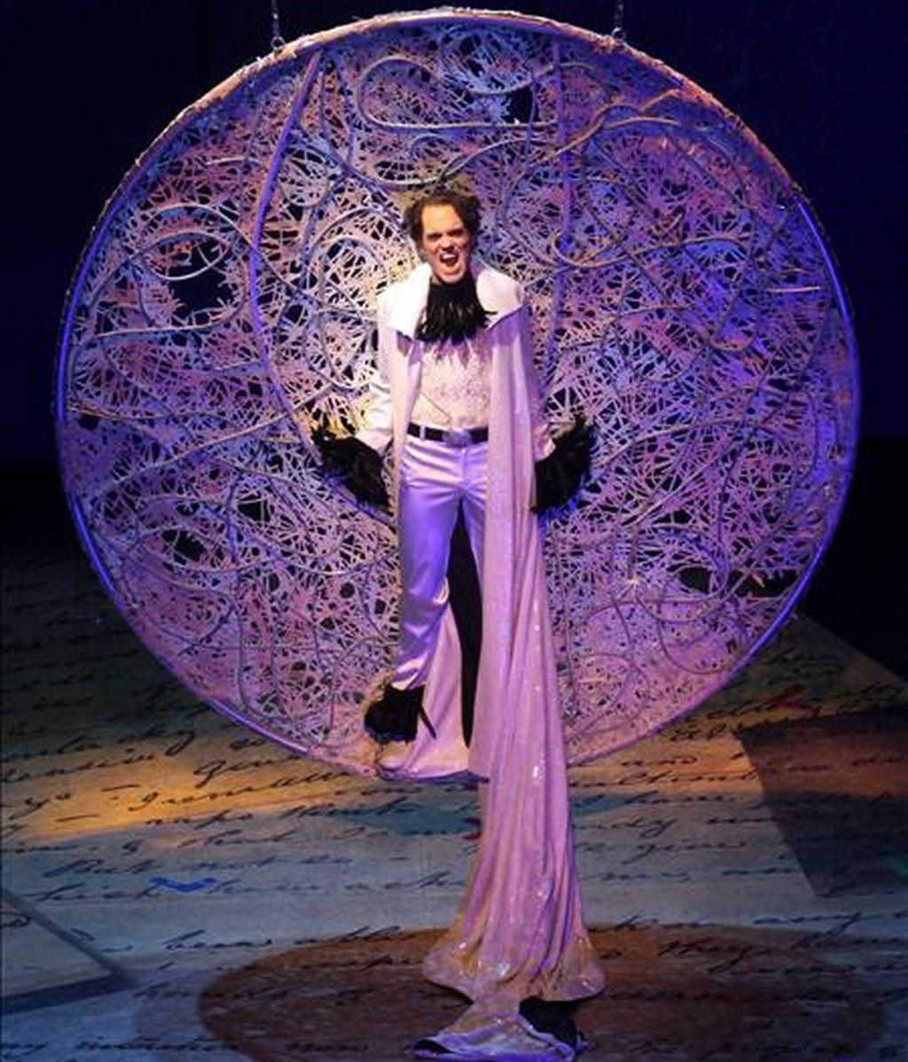 El actor Bjorn Christian Kuhn en el papel de 'Edgar Allan Poe' (i) durante el  musical 'Edgar Allan Poe' en el Opera House de Halle (Alemania). EFE/Archivo