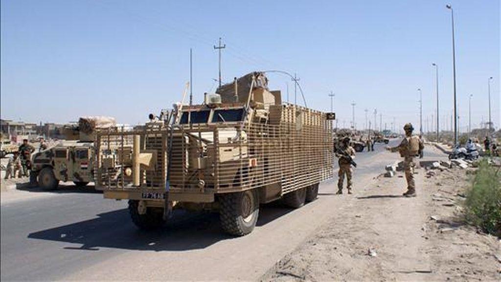 Soldados británicos montan guardia en una carretera de Basora (Irak) tras un atentado cometido el pasado lunes. EFE