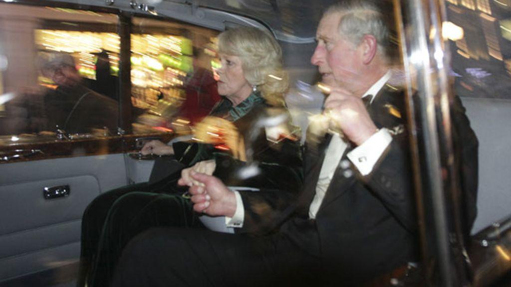 Atacan el coche oficial del príncipe Carlos y su esposa Camila