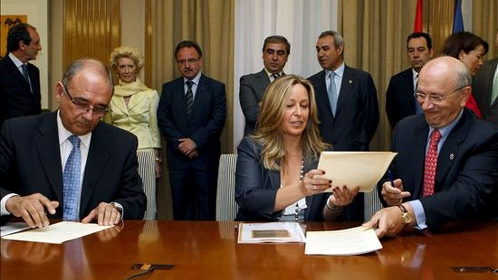Los presidentes de la OMC, Juan José Rodríguez Sendín (i), y el del Consejo General de Enfermería, Máximo González Jurado, durante la firma con la ministra de Sanidad y Política Social, Trinidad Jiménez, del documento de adhesión al Pacto por la Sanidad. EFE