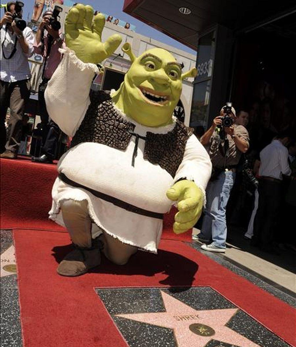 Shrek, la estrella de las películas animadas, saluda al público al recibir la estrella número 2.408 en el paseo de la fama de Hollywood (EEUU). La saga, que ha ganado el premio Óscar a la mejor cinta animada, llega a su cuarta parte, que será estrenada mañana en España. EFE/Archivo