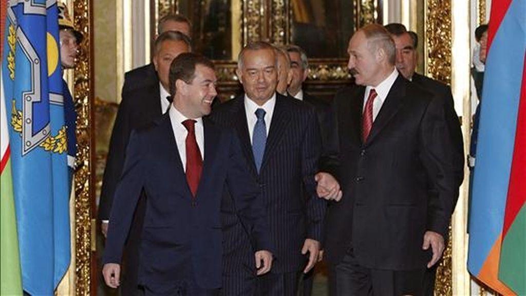 El presidente ruso, Dmitry Medvedev (i), junto a los líderes de los países de la postsoviética Organización del Tratado de Seguridad Colectiva (OTSC), antes del encuentro que mantuvieron en el Kremlin, en Moscú, Rusia, hoy 4 de febrero. Los jefes de Estado de las siete antiguas repúblicas soviéticas que conforman la alianza, Rusia, Bielorrusia, Armenia, Kazajistán, Kirguizistán, Tayikistán y Uzbekistán, acordaron la creación de unas fuerzas de reacción rápida que tendrán su base permanente en el territorio de Rusia, con lo que dieron un paso más hacia su conversión en un bloque militar. EFE