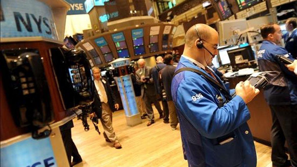 Un corredor trabaja en la sede de la bolsa de valores de Nueva York, en Nueva York, Estados Unidos. EFE/Archivo