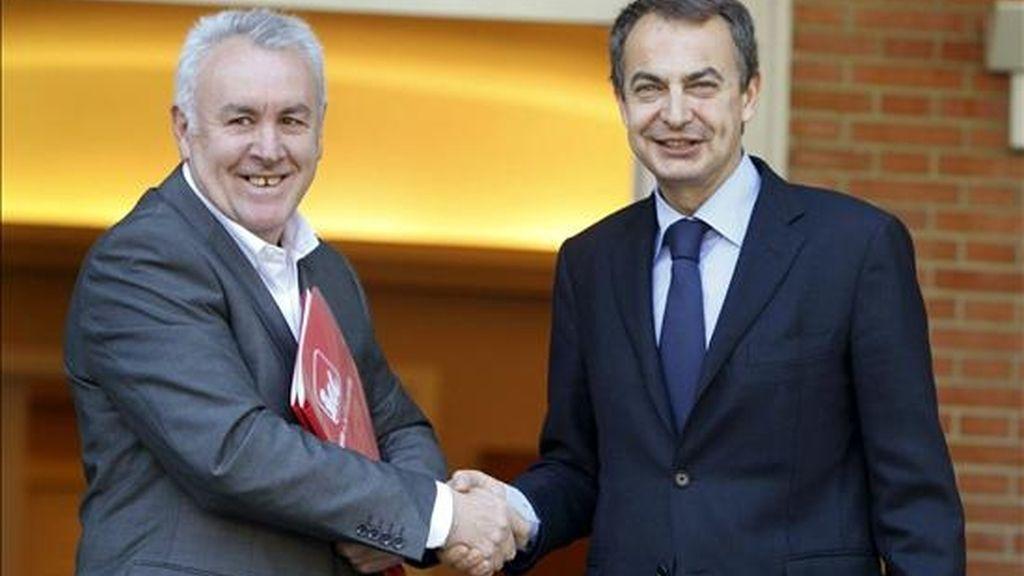 El presidente del Gobierno, José Luis Rodríguez Zapatero (d), saluda al coordinador general de Izquierda Unida, Cayo Lara, hoy en el Palacio de la Moncloa, en la que es la primera reunión entre ambos desde que hubo el relevo al frente de la dirección de IU. EFE