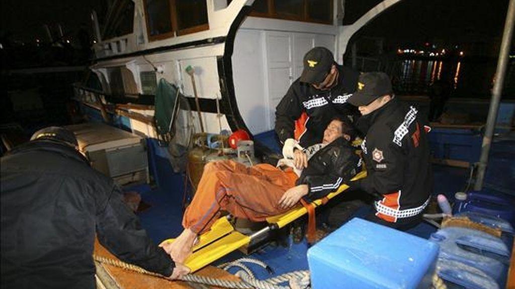 Un habitante de la isla de Yeonpyeong llega al puerto de Incheon, Corea del Sur, tras ser evacuado por los servicios de rescate ante el ataque norcoreano con fuego de artillería. EFE