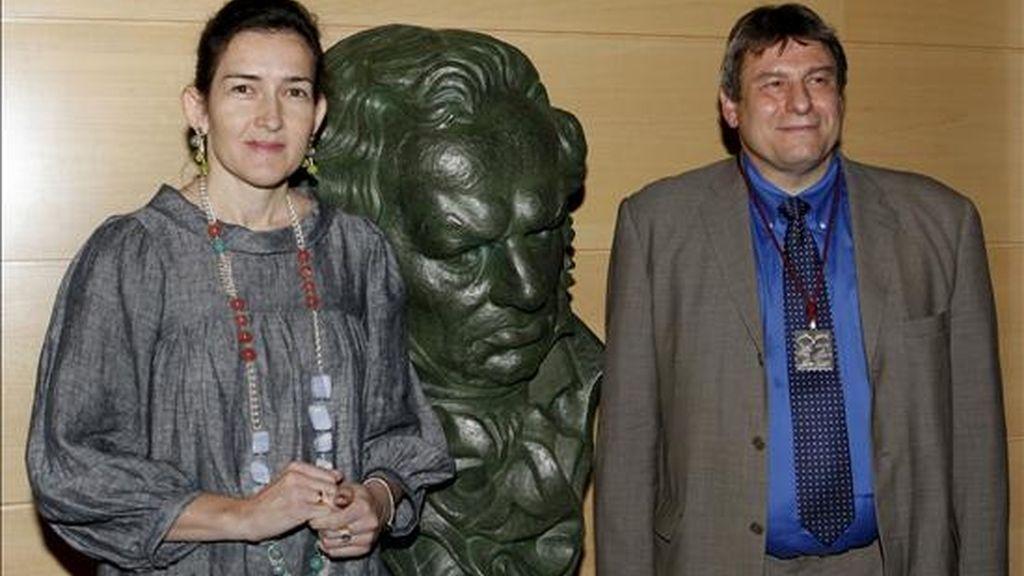 La ministra de Cultura, Ángeles González-Sinde, junto al cineasta a Richard Peña, a quien hoy entregó la Orden de las Artes y las Letras de España en reconocimiento a una trayectoria profesional al servicio de la difusión de la cultura cinematográfica española en Estados Unidos. EFE