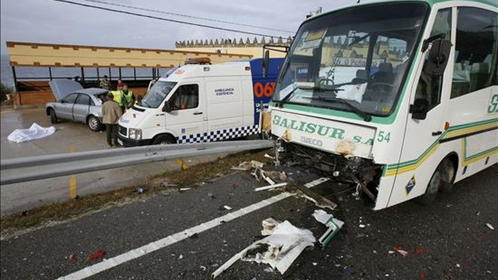 Imagen del estado en el que quedó un autobus de transporte escolar tras chocar con un turismo. EFE/Archivo