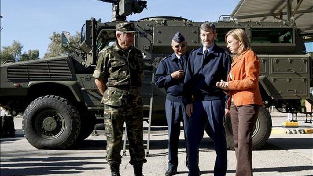 La ministra de Defensa, Carme Chacón, junto al Jefe del Estado Mayor del Ejército, Fulgencio Coll (i), y el jefe del Estado Mayor de la Defensa, general José Julio Rodríguez (2d). Foto: Archivo.
