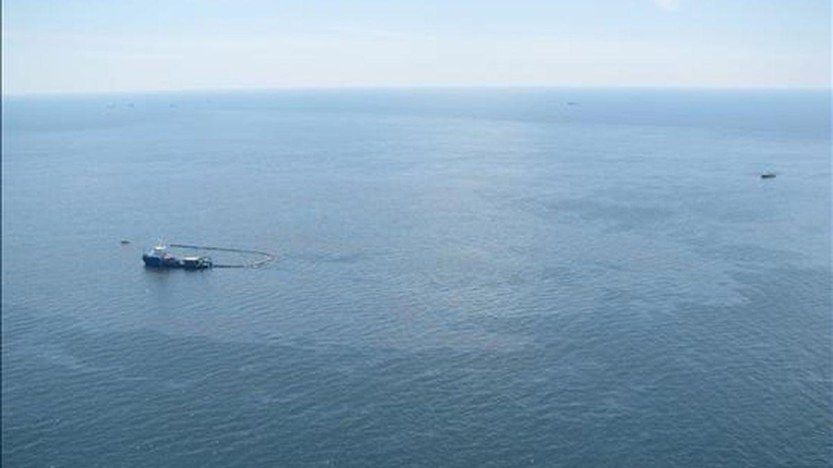 Fotografía cedida el 22 de abril por la Guardia Costera estadounidense que muestra a dos barcos trabajando en las labores de limpieza del crudo vertido en el sitio donde estaba ubicada la plataforma petrolífera Deepwater Horizon. EFE