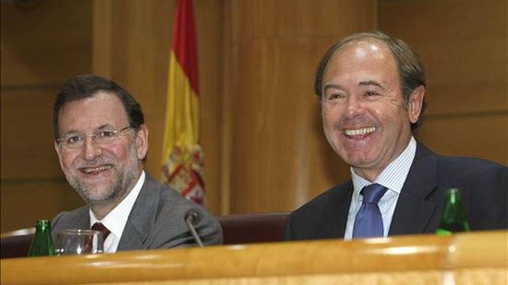 El presidente del PP, Mariano Rajoy (i), acompañado por el portavoz de su partido en la Cámara Alta, Pío García-Escudero, bromean en el Senado, donde presidió la reunión del Grupo Parlamentario Popular. EFE