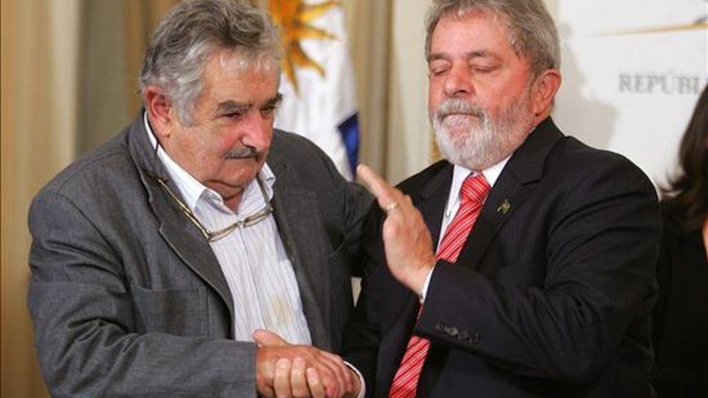 El presidente uruguayo, José Mujica (i), saluda el pasado 4 de mayo de 2010, a su homólogo brasileño, Luiz Inácio Lula da Silva (d), durante una declaración conjunta en la Residencia Oficial de Suárez en Montevideo (Uruguay). EFE/Archivo