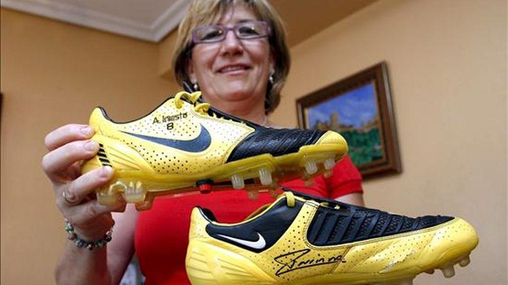 Encarna Pérez, tía del niño que sufre parálisis cerebral a quien el futbolista manchego del FC Barcelona Andrés Iniesta ha regalado las botas con las que marcó el gol al Chelsea inglés. EFE/Archivo