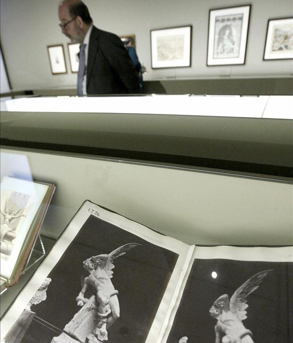 """En primer plano, dos fotografías de Laurent & Cía de la escultura """"El Ángel caído"""", de Ricardo Bellver (que se encuentra en la glorieta del mismo nombre del madrileño parque de El Retiro), que forma parte de las piezas de la exposición """"No solo Goya """", organizada por el Museo del Prado. EFE"""