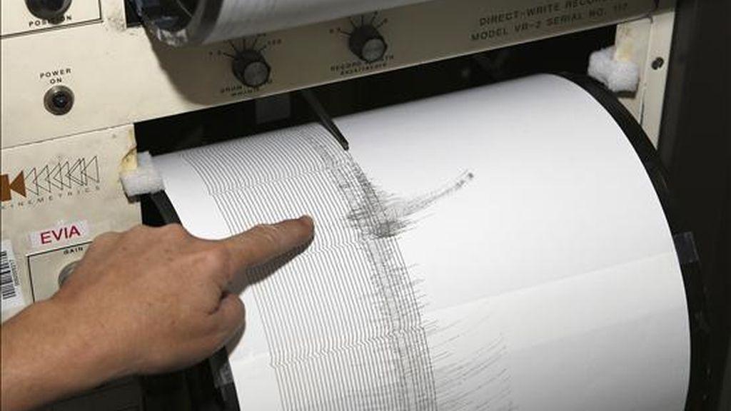 Momento en que un sismógrafo recoge una réplica de un terremoto de 5,1 grados. EFE/Archivo