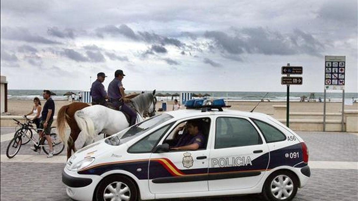 Varios agentes de policía vigilan una playa en Valencia. EFE/Archivo