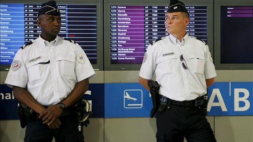 Policías franceses patrullan en el aeropuerto parisino de Roissy Charles de Gaulle. EFE