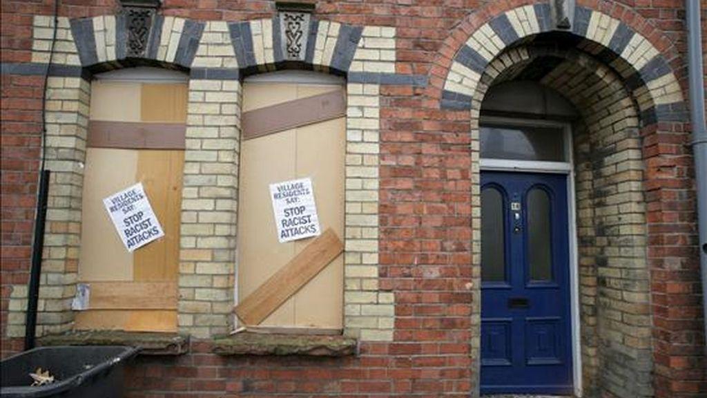 Vista de una de las viviendas ocupadas por ciudadanos rumanos que fueron atacadas el pasado 17 de junio en el área de Lisburn, al sur de Belfast, Irlanda del Norte. EFE/Archivo