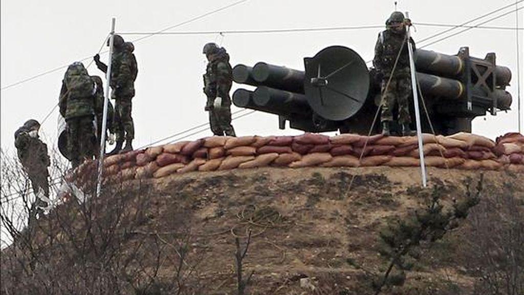 """Soldados surcoreanos instalan un misil antiaéreo del tipo """"Cheonma"""", en la isla Baengnyeong que bordea a Corea del Norte hoy, 3 de diciembre de 2010. El designado ministro de Defensa de Corea del Sur, Kim Kwan-jin, aseguró hoy que su país responderá con una ofensiva aérea si Corea del Norte lleva a cabo nuevos ataques, tras el que mató a cuatro surcoreanos en la isla de Yeonpyeong el 23 de noviembre. EFE/Yonhap"""
