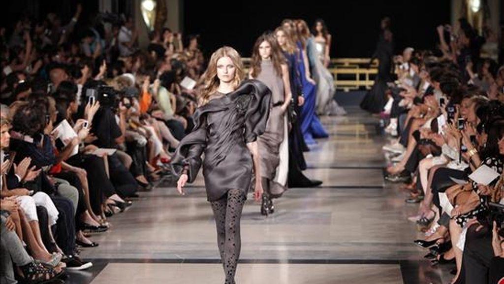 Modelos presentan creaciones de alta costura del diseñador Stephane Rolland, para la próxima temporada de Otoño/Invierno 2010/2011, durante la Semana de la Moda de París, en París, Francia, hoy martes, 06 de julio de 2010. La presentación de las nuevas colecciones se llevará a cabo desde el 05 al 08 de julio. EFE